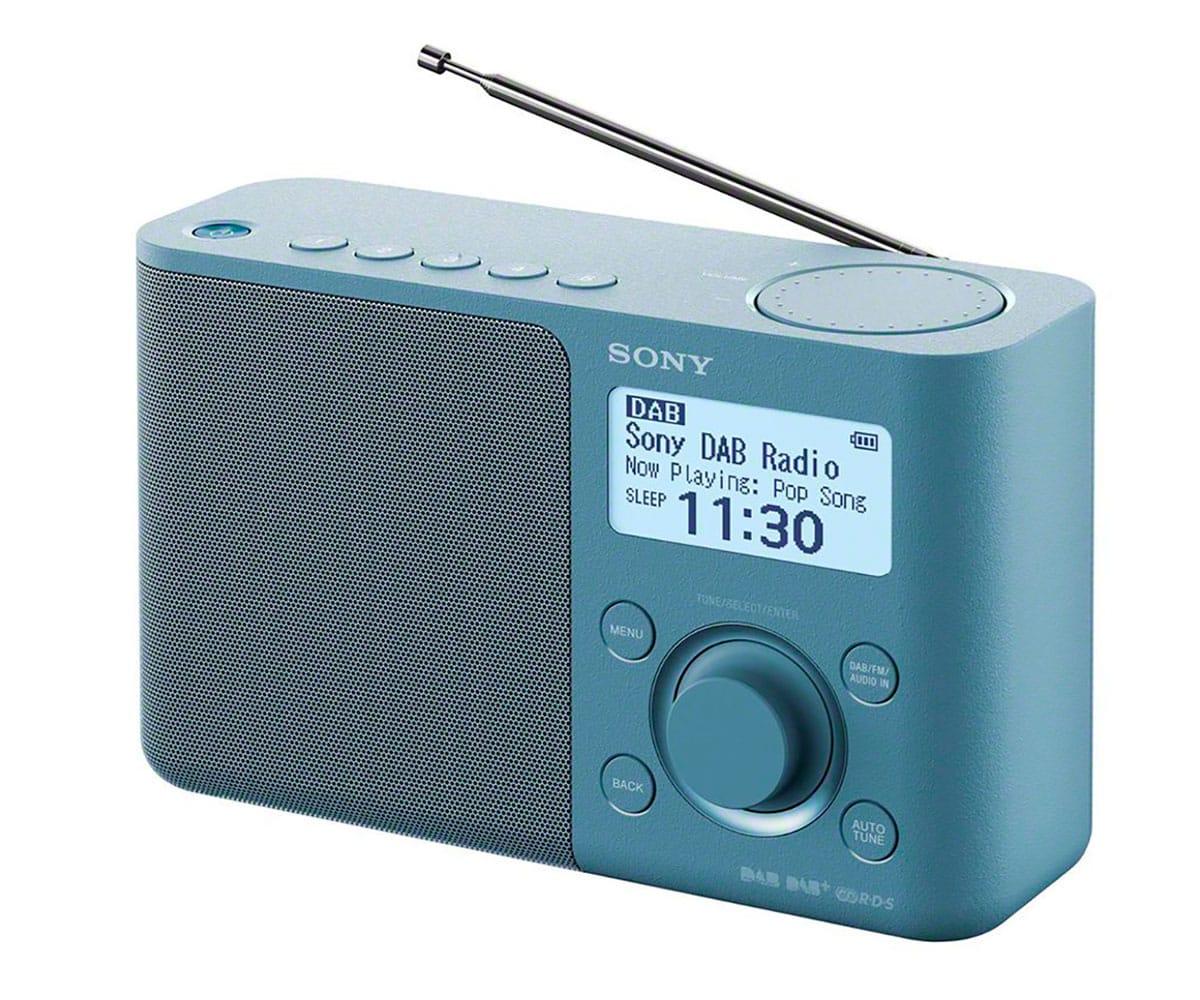 SONY XDR-S61D AZUL RADIO DAB/DAB+ PORTÁTIL CON PANTALLA LCD PRESINTONÍAS DIRECTAS TEMPORIZADOR DE AP - Radio DAB/DAB+ portátil Sony XDR-S61D en color azul con sintonizador de radio digital DAB/DAB+/FM, pantalla LCD retroiluminada en LED blanco, Bass Reflexx, salida de auriculares, temporizador de apagado y despertador, 5 botones de presintonías DAB y FM, función a 4 pilas LR6 tamaño AA o adaptador de CA incluido. Escucha todas tus emisoras favoritas donde quieras con esta radio digital DAB portátil. Asigna emisoras a su propio botón para presintonizarlas y encontrarlas al instante, o configura tu radio para que se apague y encienda cuando tú te acuestes, gracias a la alarma dual.